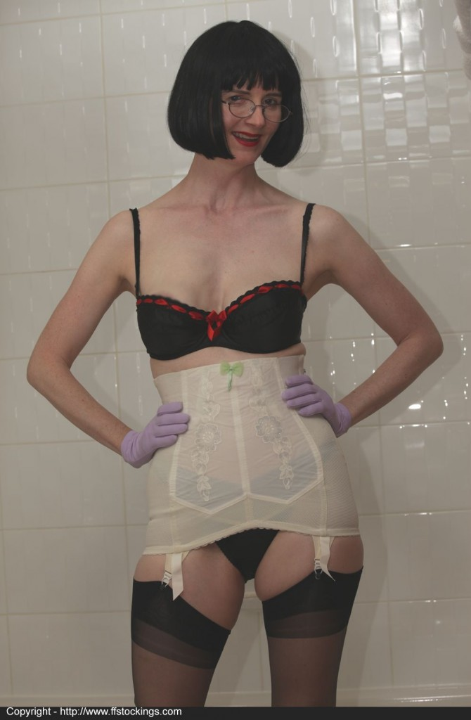 juliahairbathroom1p048 670x1024 I love my vintage girdle