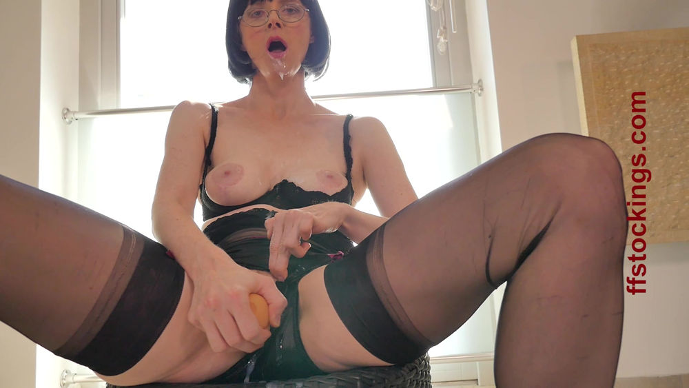 pee teacher Julia naughty
